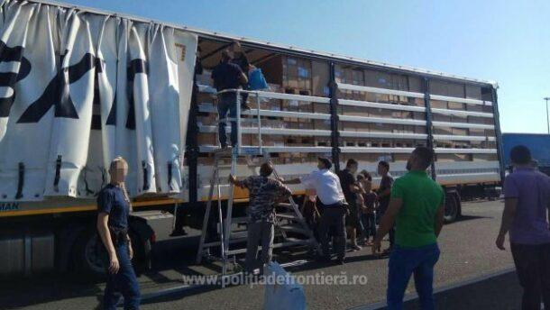 19 bevándorló próbált Magyarországra jutni román teherautóban elbújva