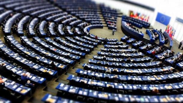 Itt a legújabb agyrém: az Európai Parlament betiltaná a nőkre és a férfiakra utaló szavakat