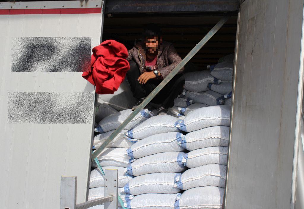 Észak-macedón kamionokban bújtak meg a határsértők 1