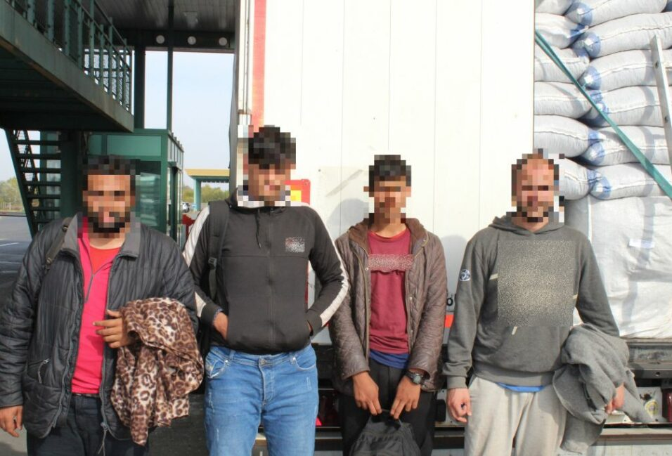 Észak-macedón kamionokban bújtak meg a határsértők