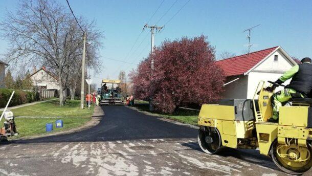 Egy nap alatt leaszfaltozták a földeáki Somogyi Béla utcát 1