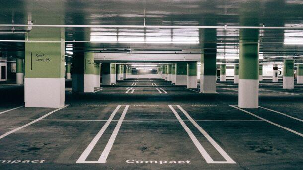 Mától ingyenes a parkolóházak éjszakai használata