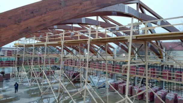 Már a földeáki sportcsarnok tetőszerkezete is készül