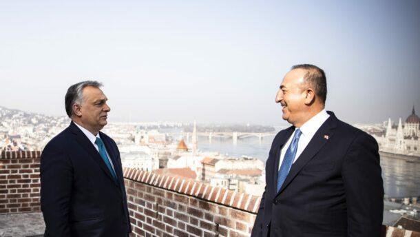 A járvány elleni védekezésről és a kétoldalú kapcsolatokról is tárgyalt Orbán Viktor Törökország külügyminiszterével