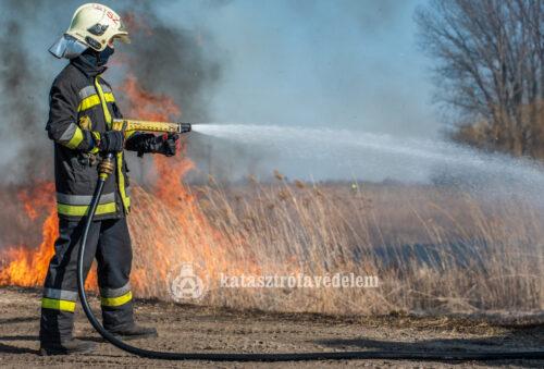 Szabadtéri tüzek oltását gyakorolták a tűzoltók