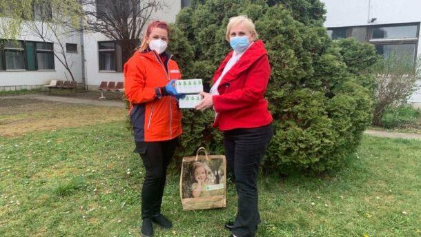 Adományt vitt a Vöröskereszt az idősek otthonába