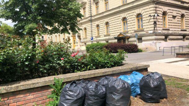 Panaszláda: zsákokban áll a szemét a városháza mögött 2